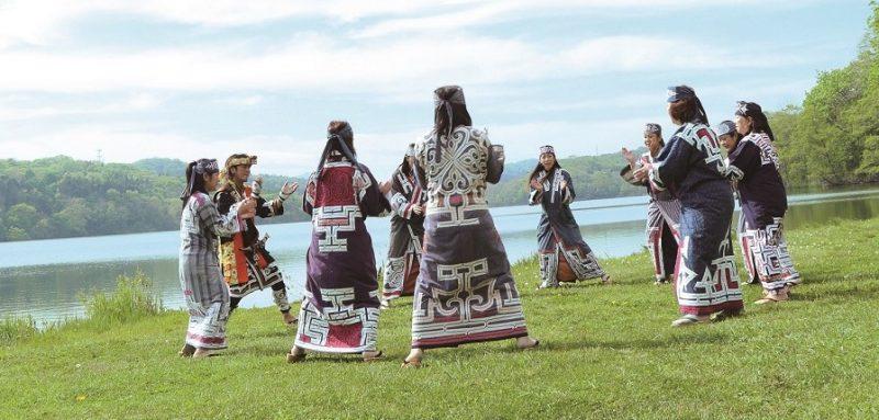 ポロト湖畔での舞踊
